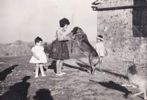 Norma gioca con il cane e le sue cugine
